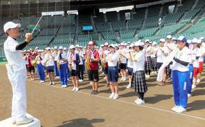 指揮をする恋野善樹さんから指導を受ける高校生ら=西宮市の阪神甲子園球場