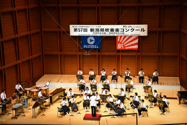 演奏する村上市立岩船・神納・山北・関川村立関川の合同バンド=柏崎市日石町