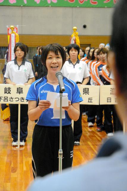 全チームを代表して健闘を誓う一箕クラブの城戸江理子さん=福島市の国体記念体育館