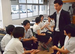 長崎南高校の生徒たちと語る秀総一郎さん(右)=6月21日、長崎市、山野健太郎撮影