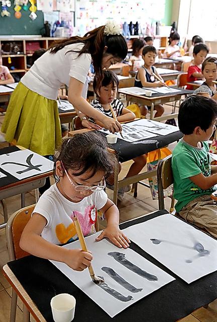 書道の授業を受ける1年生=愛知県春日井市の市立大手小学校、吉本美奈子撮影