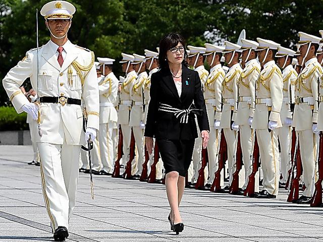 儀仗(ぎじょう)隊による栄誉礼を受ける稲田朋美防衛相=4日午後、東京都新宿区の防衛省、岩下毅撮影