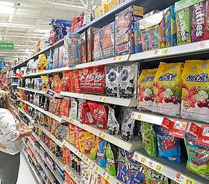 米国でも人気の「HI-CHEW」。ウォルマートでも売られていて、袋入りの詰め合わせ(右)もある=ノースカロライナ州