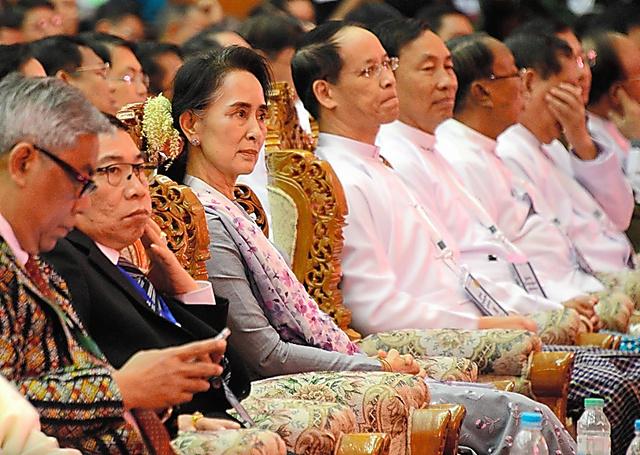 ネピドーで1月、国内和平に関する会議に出席するアウンサンスーチー(左から3人目)。このころ、憲法の「凍結」案の検討も進めていた=五十嵐誠撮影