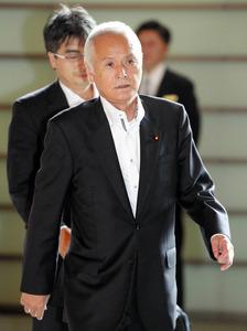 首相官邸に入る山本公一環境相=5日午前8時50分、飯塚晋一撮影