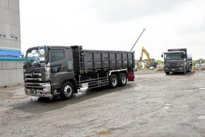 廃棄物を積み、処分場を出発した大型トラック=5日午前10時、神戸市西区、山崎輝史撮影
