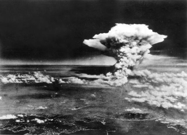 1945年8月6日、広島の原爆投下直後、上空に上がるキノコ雲。手前は瀬戸内海=米軍撮影