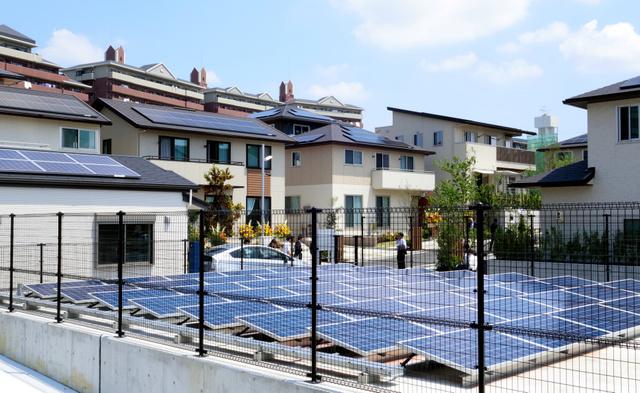 三つの住宅の屋根や共用部分に設けた太陽光パネルで発電し、融通し合う=愛知県豊田市