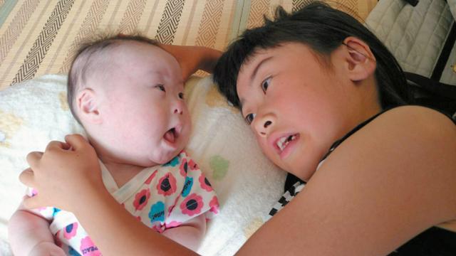姉の萌々香さんの呼びかけに、さくらちゃんも応じるようになった=家族提供
