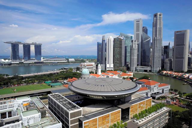 カジノやホテルが入った複合施設や高層ビルが並ぶシンガポールのマリーナ・ベイ地区=ロイター