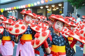 パレードを先導した花笠舞踊団の子どもたち=山形市