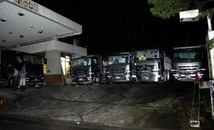 廃棄物を載せたまま、仮置き場近くのガソリンスタンド跡地に駐車したトラック=大阪府豊能町
