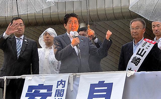 安倍晋三首相は公示前も含めて青森選挙区に3回入り、山崎力氏(右)への支援を訴えた=7月6日午後、青森市