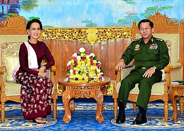 ミャンマー首都ネピドー郊外の国軍総司令部で昨年12月2日、最高司令官のミンアウンフライン(右)との初会談に臨むアウンサンスーチー=ミャンマー国軍提供