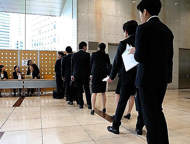 面接の受付に並ぶ就活生ら=6月、東京都新宿区、林紗記撮影
