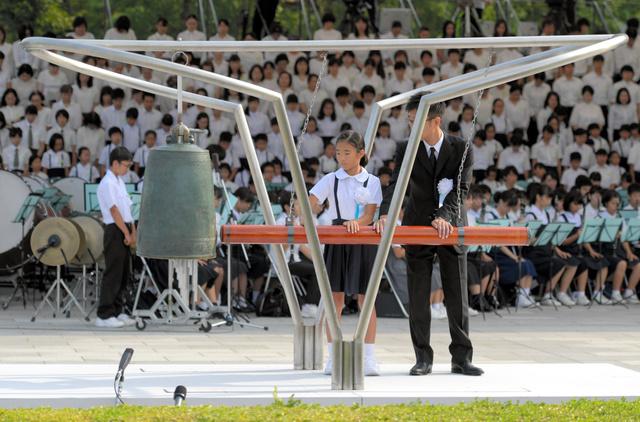 「平和の鐘」をつくこども代表と遺族代表=6日午前8時15分、広島市中区、加藤諒撮影