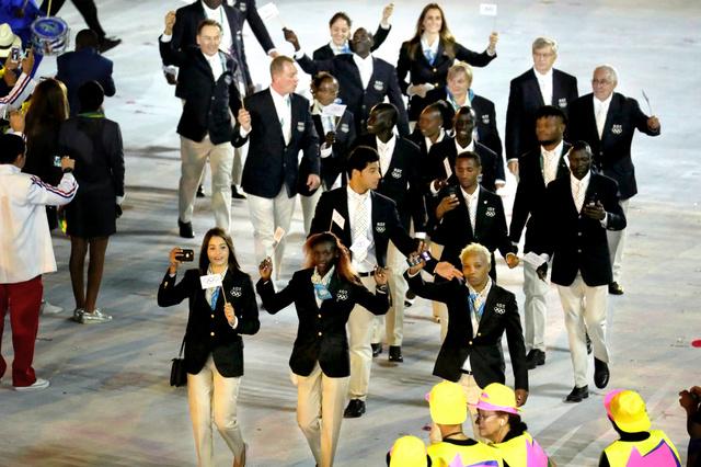 入場する難民選手団=5日、ブラジル・リオデジャネイロのマラカナン競技場、西畑志朗撮影