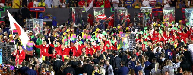 入場行進する日本選手団=5日、ブラジル・リオデジャネイロのマラカナン競技場、林敏行撮影