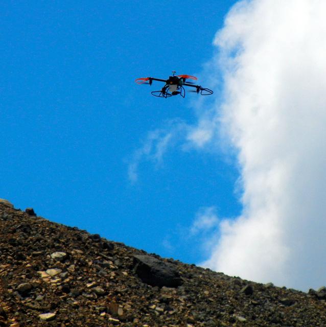 試験飛行で御嶽山の上空を飛ぶドローン=御嶽山の二ノ池付近