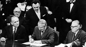 1972年、英国のヒース首相(中央)がEC加盟条約に調印した=AP