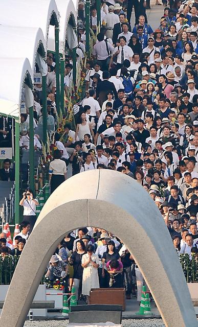 原爆死没者慰霊碑の前で大勢の人が手を合わせた=6日午前、広島市中区の平和記念公園、青山芳久撮影