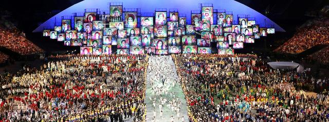 各国の選手たちが集まった会場の中心を子どもたちが駆け抜けた=長島一浩撮影