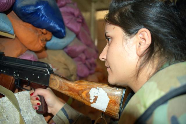 前線で任務にあたるアサド政権軍の女性狙撃手=ダマスカス郊外ダラヤ、渡辺丘撮影