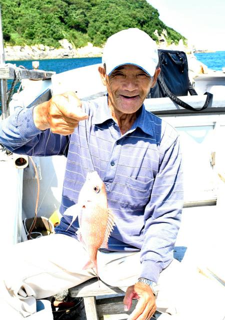 タイを釣り上げた安藤旭さん=上関町祝島の三浦湾沖