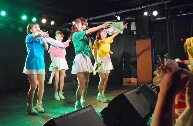 県内最後のステージに立ったオトメ☆コーポレーションの4人。左から藤本美帆さん、久保田光さん、荒井菜緒さん、比留川知絵さん=7月16日、松本市