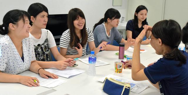 座談会に来た学生に「そらいろ子ども食堂」の説明をするメンバーたち=新潟市中央区の新潟青陵大