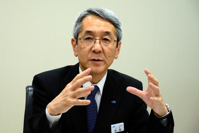 インタビューに答えるJR西日本の来島達夫社長=大阪市