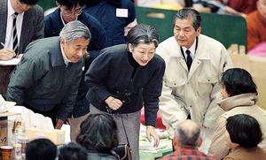 阪神淡路大震災の被災地を訪れ、西宮市立中央体育館に避難している被災者を慰問し、励ます天皇、皇后両陛下=1995年1月、兵庫県西宮市
