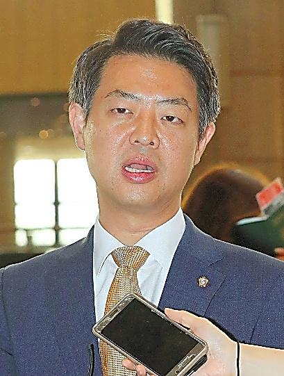 8日、ソウルの金浦空港で北京へ発つ前にメディアの取材に答える野党「共に民主党」の金映豪(キム・ヨンホ)議員。THAAD配備に反発している=AFP時事