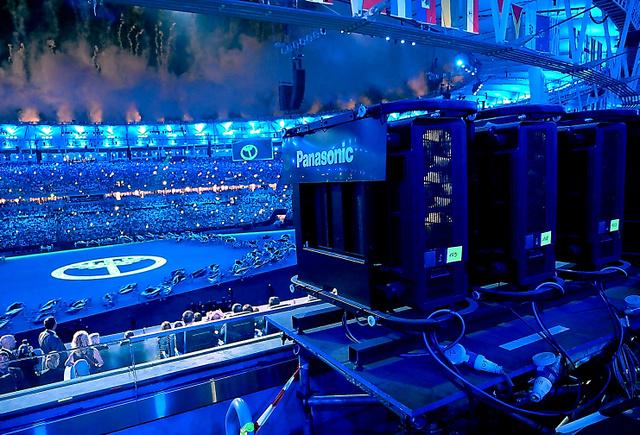 開会式で、スタジアムの客席後方に並んだパナソニックの高画質プロジェクター(右)=同社提供