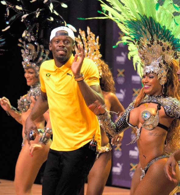 ダンサーの女性たちと一緒にサンバを踊るボルト