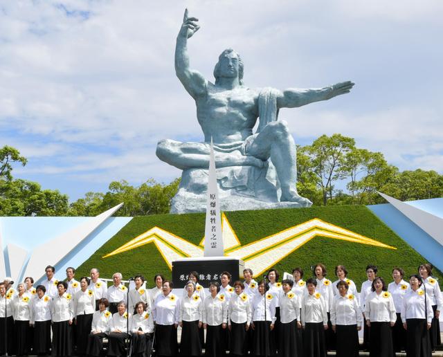 長崎平和祈念式典で合唱する被爆者合唱団「ひまわり」の団員たち=9日午前10時35分、長崎市の平和公園、福岡亜純撮影
