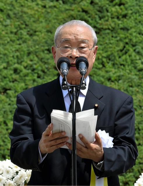平和への誓いを述べる井原東洋一さん=9日午前11時20分、長崎市の平和公園、福岡亜純撮影