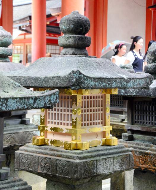 きらびやかな姿がよみがえった徳川家奉納の灯籠=奈良市の春日大社
