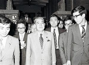 ニクソン訪中の感想を記者団から問われ、笑顔を作って答える佐藤栄作首相=1971年7月17日、首相官邸