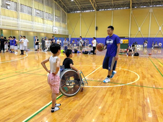 「鎌倉市長杯バスケットボール大会」で、車いすバスケットボールを体験する子どもたち=6月、神奈川県鎌倉市、三菱電機提供