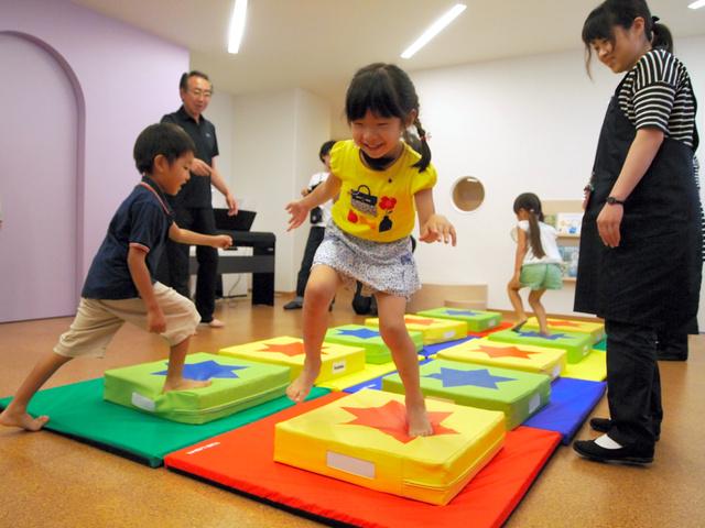 9日、報道各社に公開された「ファミリア プリスクール夙川」で遊ぶ子どもたち=兵庫県西宮市