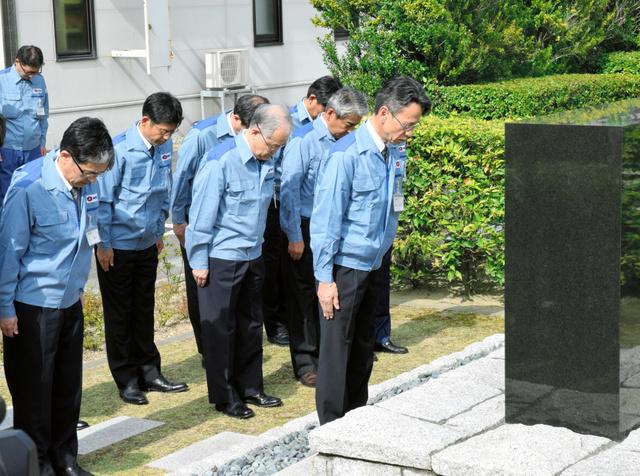 """「安全の誓い」の石碑に黙<Asajikai sjis=""""祷"""">禱</Asajikai>を捧げる関西電力の岩根茂樹社長(一番右)ら=美浜町丹生"""