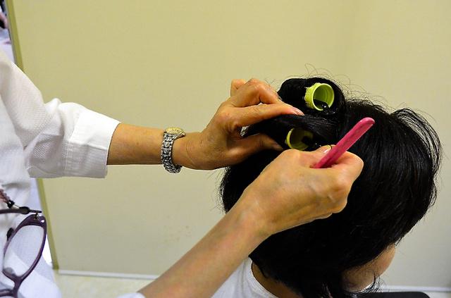 連載で紹介した女性は今、しびれの残る手でヘアメイクに励んでいる=千葉県
