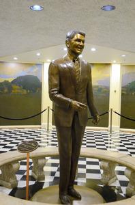 カリフォルニア州庁舎に立つ、レーガン氏の銅像。米大統領になる前はカリフォルニア州知事を2期務めた=カリフォルニア州サクラメント、中井大助撮影