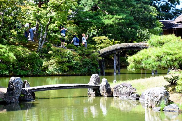 桂離宮の庭園を楽しむ参観者=西京区
