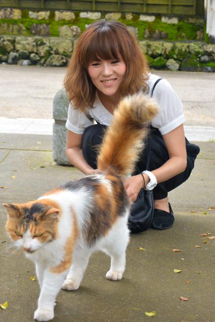 立場愛さんと、野良猫の三毛丸=岩国市横山地区
