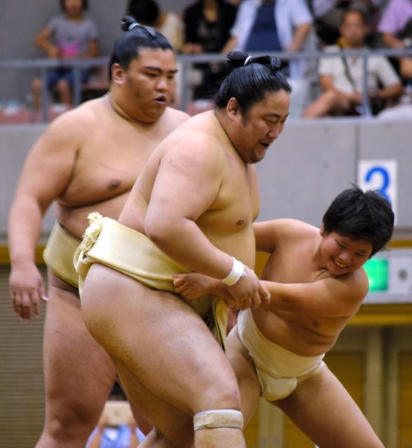 熊本出身の佐田の海関に挑戦する子ども=福島市国体記念体育館