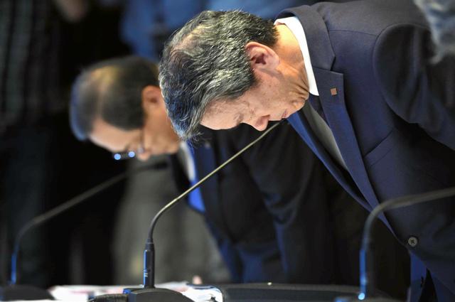 歴代3社長が辞任した東芝の記者会見。最後に頭を下げる東芝の田中久雄社長(手前)=2015年7月21日、東京都港区