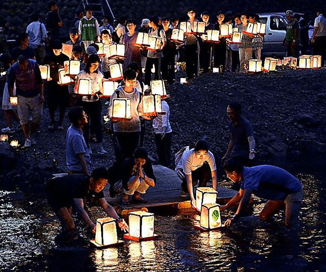 日航ジャンボ機墜落事故の犠牲者を悼み、灯籠が流された=11日午後7時3分、群馬県上野村、北村玲奈撮影