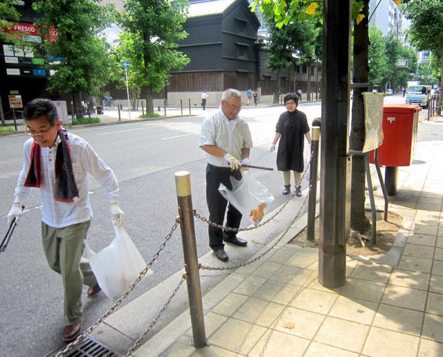 清掃に取り組む池田吉孝さん(中央)ら